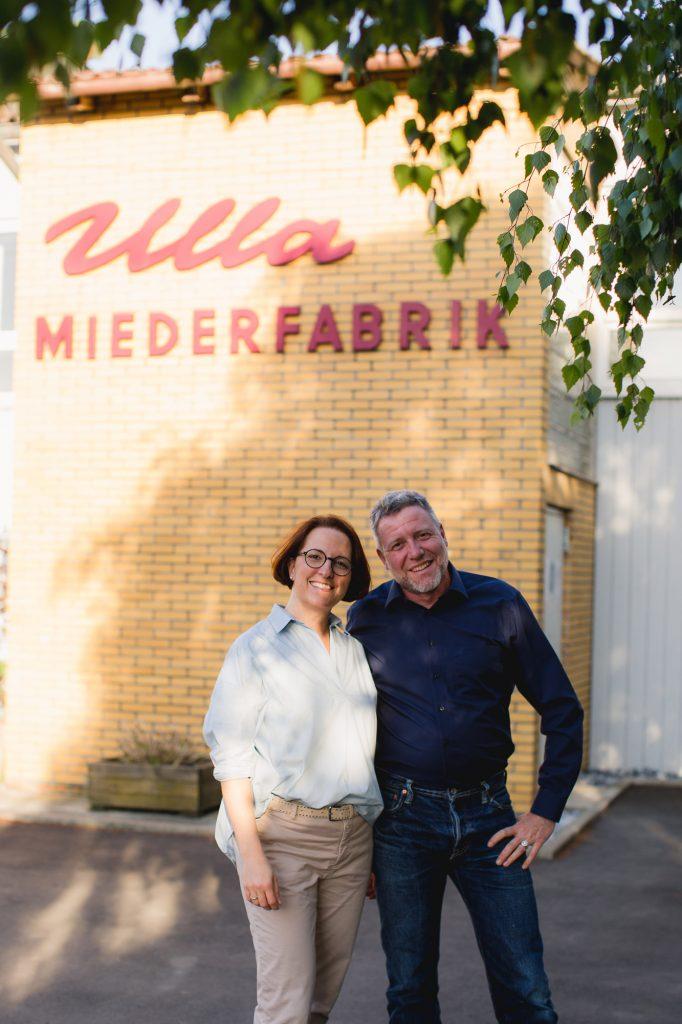 Familie Weidauer vor der Ulla Miederfabrik