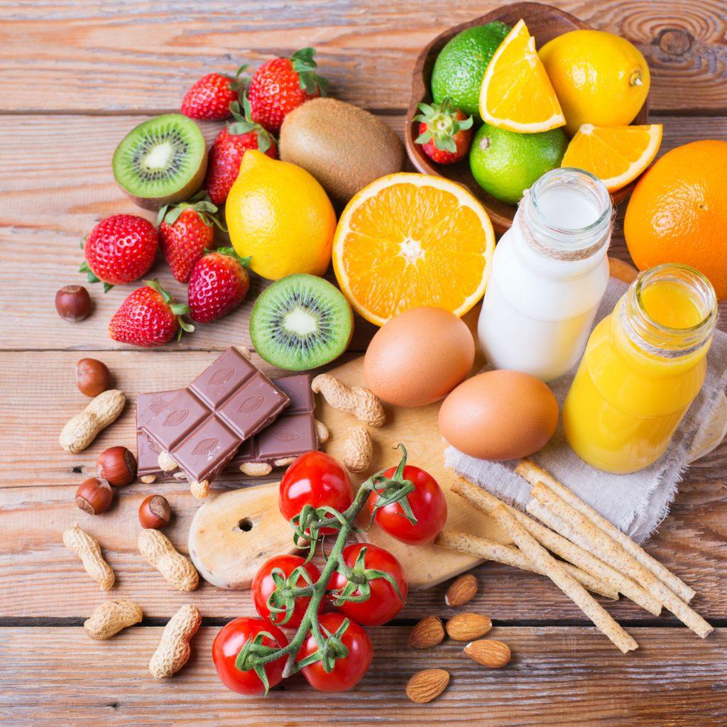 Eine Auswahl problematischer Lebensmittel wie Zitrusfrüchte, Nüsse, Eier und Milch
