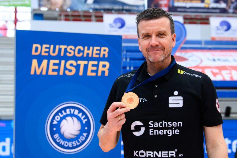 Siegerehrung mit Alexander Waibl nach dem Gewinn der Volleyball-Meisterschaft